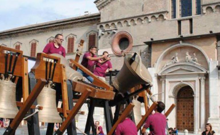 Settembre 2013 – Piazza Prampolini – L'UCR chiude la Giareda